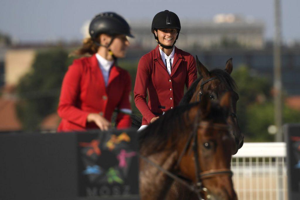 Réti Kamilla és Barta Luca (jobbra) a budapesti öttusa világbajnokság női váltóversenyének lovaglás számában (Fotó: MTI/Kovács Tamás)