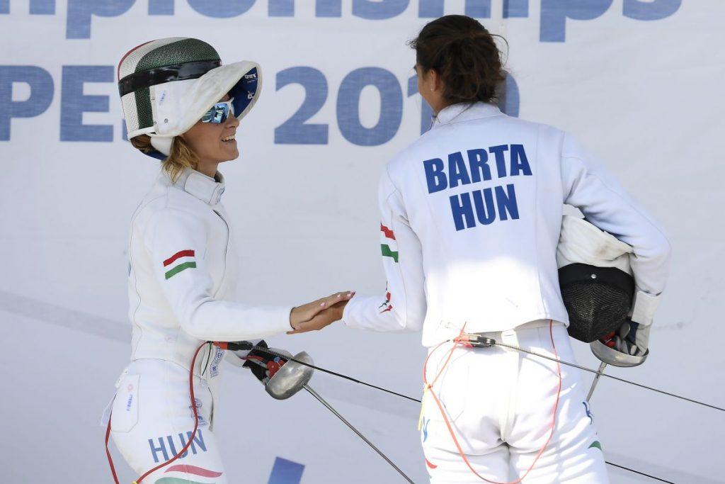 Réti Kamilla és Barta Luca a budapesti öttusa világbajnokság női váltó bónusz vívás versenyszámában (Fotó: MTI/Kovács Tamás)