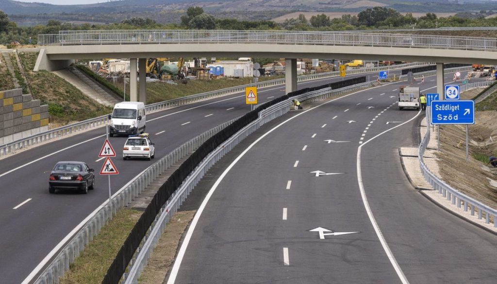 Az M2-es gyorsforgalmi út Budapest-Vác közötti szakaszának 2x2 sávos főpályája Göd határában (Fotó: MTI/Szigetváry Zsolt)