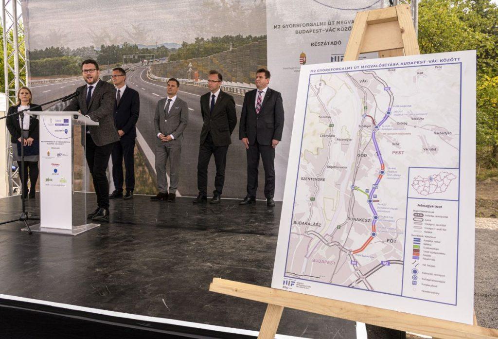 Schanda Tamás, az Innovációs és Technológiai Minisztérium parlamenti államtitkára az M2-es gyorsforgalmi út Budapest-Vác közötti szakasza 2x2 sávos főpályájának átadásán Göd határában (Fotó: MTI/Szigetváry Zsolt)