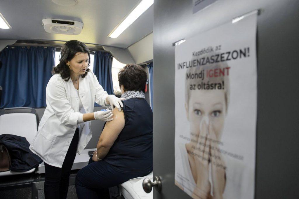 Feketéné Zeke Ildikó Nógrád megyei tisztifőorvos influenza elleni védőoltást ad be az egyik vizsgálóbuszban Nógrádszakálban (Fotó: MTI/Komka Péter)