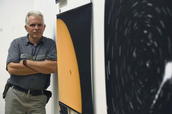 Komka Péter, az MTI fotóriportere áll az egyik fotója mellett a Csillag-képek című országos asztrofotó-kiállítás megnyitóján a Magyar Természettudományi Múzeumban 2019. október 5-én (Fotó: MTI/Bruzák Noémi)