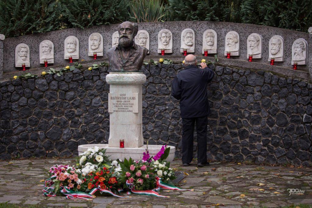 3100.hu Fotó: Ponyi József' '56-os elítélt forradalmár virágokat helyez el az Aradon kivégzett 13 honvédtábornok és az első felelős magyar kormány miniszterelnöke, Batthyány Lajos előtt tisztelgő kegyeleti helyen