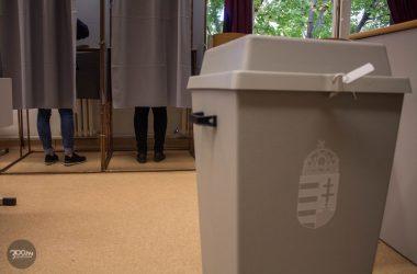 3100.hu Fotó: Szavazók a salgótarjáni Gagarin Általános Iskolában kialakított szavazókörben