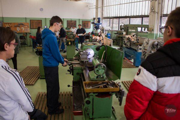 3100.hu Fotó: A nyílt napon résztvevő érdeklődők az intézmény forgácsoló műhelyében