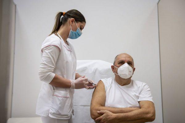 Szabó Géza, a balassagyarmati Kenessey Albert kórház főigazgató főorvosa megkapja a Pfizer-BioNTech koronavírus elleni vakcináját az intézet oltópontján 2020. december 31-én (Fotó: MTI/Komka Péter)