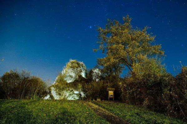Baglyaskő sziklája kivilágítva (Fotó: MTI/Komka Péter)