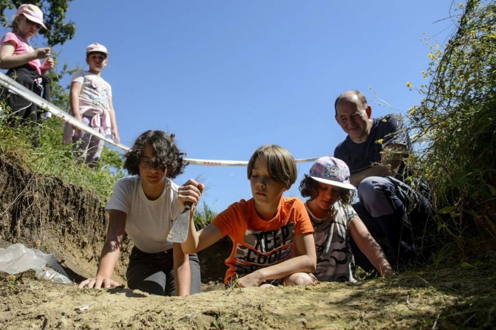 Bodó Balázs, a salgótarjáni Dornyay Béla Múzeum régésze Baglyaskő várának feltárását mutatja be a múzeum nyári gyermektábora résztvevőinek (Archív fotó: MTI/Komka Péter)