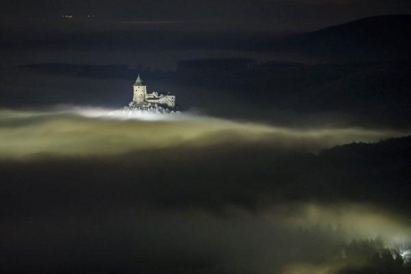 A somoskői vár a köd felett 2020. január 15-én (Fotó: MTI/Komka Péter)