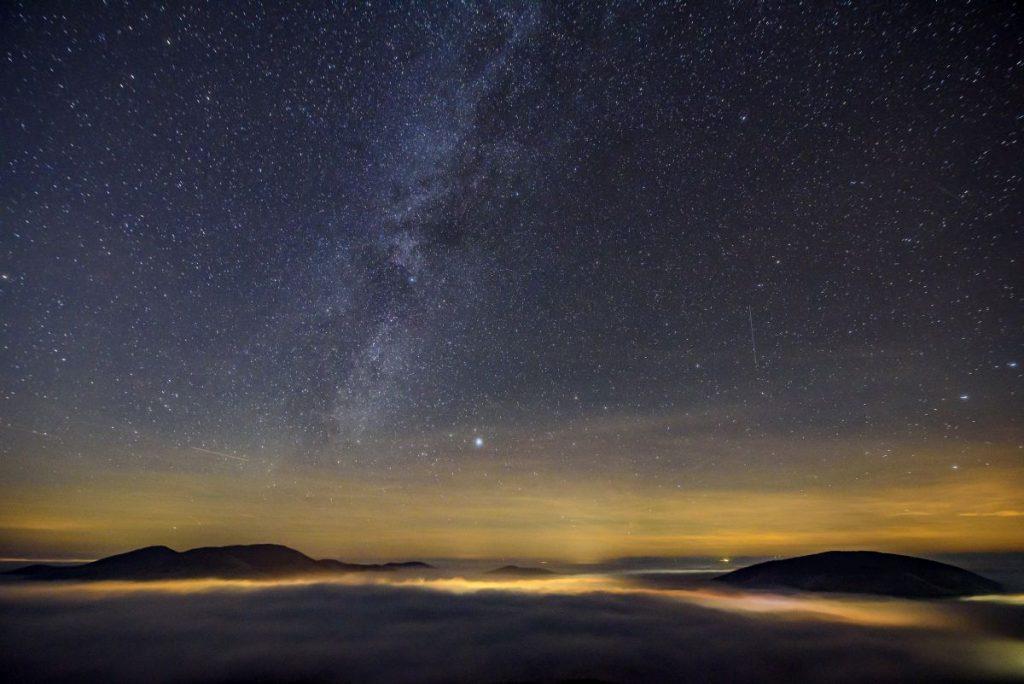A Tejút látszik a köd felett Salgó várából fotózva 2020. január 15-én (Fotó: MTI/Komka Péter)