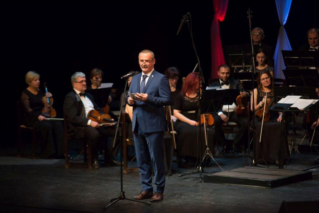Fekete Zsolt polgármesteri köszöntőjét tartja a salgótarjáni Újévi Hangversenyen (Fotó: Kelet-Nógrád közéleti magazin | Facebook)