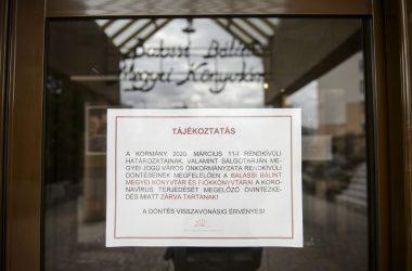 Tájékoztató felirat az új koronavírus-járvány terjedését megelőző óvintézkedés miatt ideiglenesen bezárt Balassi Bálint Megyei Könyvtár bejáratán Salgótarjánban (Fotó: MTI/Komka Péter)