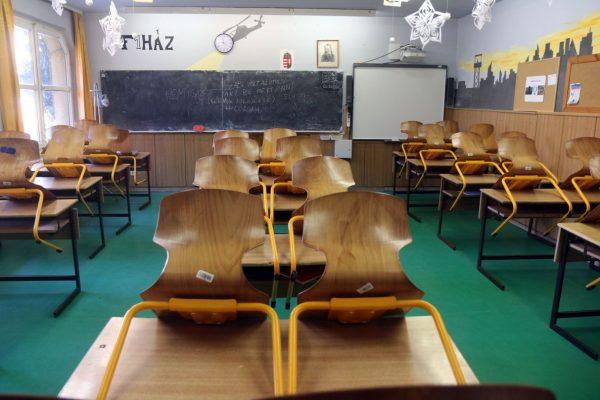 Az új koronavírus-járvány terjedésének megfékezése érdekében mától bezártak az iskolák és elkezdődik a digitális tanrendre való átállás (Fotó: MTI/Vajda János)