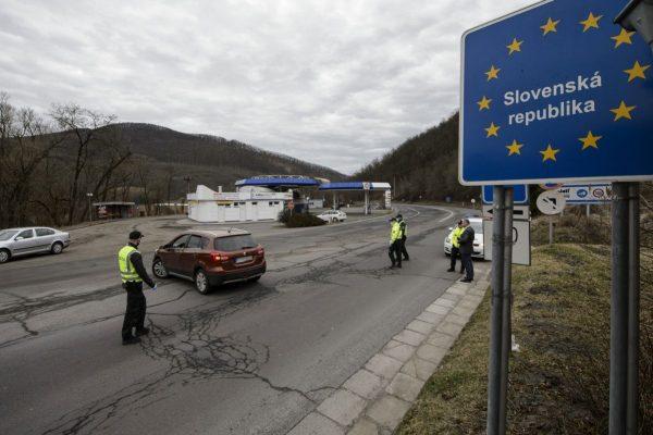 Magyarország felé visszaforduló autós a Somoskőújfalu és Sátorosbánya közötti határátkelőhelyen (Fotó: MTI/Komka Péter)