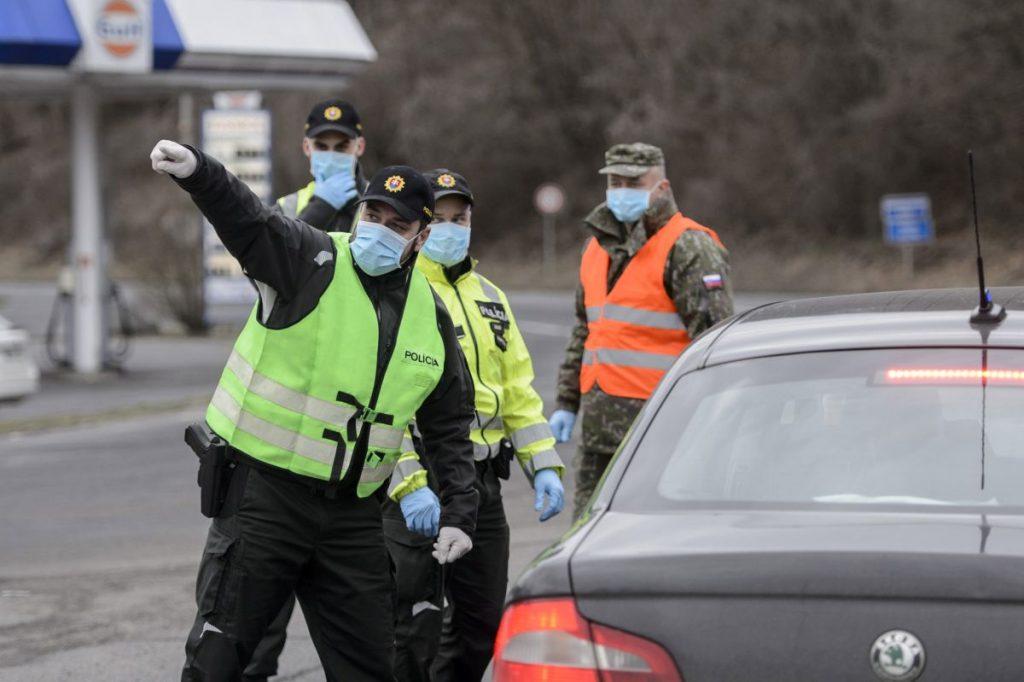 Szlovák rendőr visszafordít egy személygépkocsit Magyarország felé a Somoskőújfalu és Sátorosbánya közötti határátkelőhelyen (Fotó: MTI/Komka Péter)
