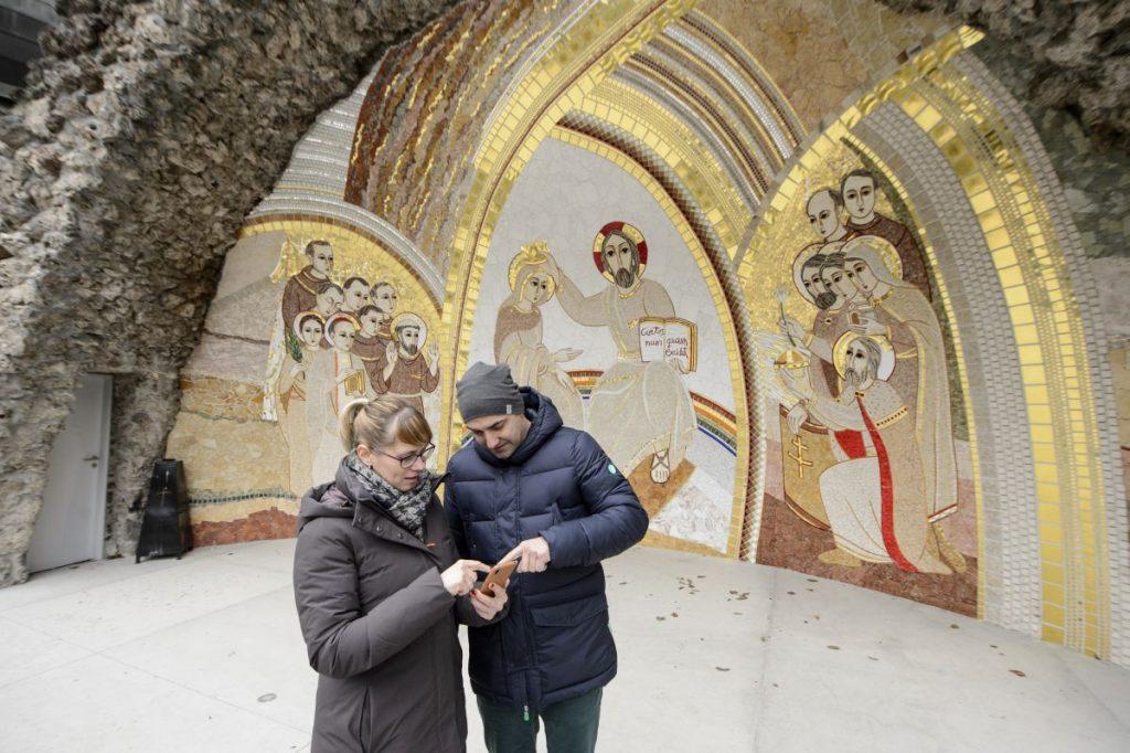 Okostelefonra telepített digitális tárlatvezető applikációt használ egy házaspár a mátraverebély-szentkúti kegyhelyen (Fotó: MTI/Komka Péter)