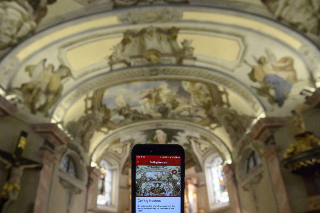 Digitális tárlatvezető alkalmazás egy mobiltelefon kijelzőjén a mátraverebély-szentkúti kegyhelyen (Fotó: MTI/Komka Péter)