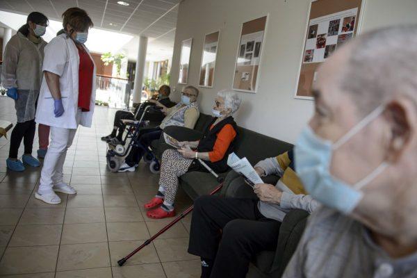 A Nógrád Megyei Kormányhivatal Népegészségügyi Főosztályának ellenőrzést végző munkatársai és Holecz Istvánné intézményvezető lakókkal beszélget a salgótarjáni Baglyaskő Idősek Otthonában (Fotó: MTI/Komka Péter)