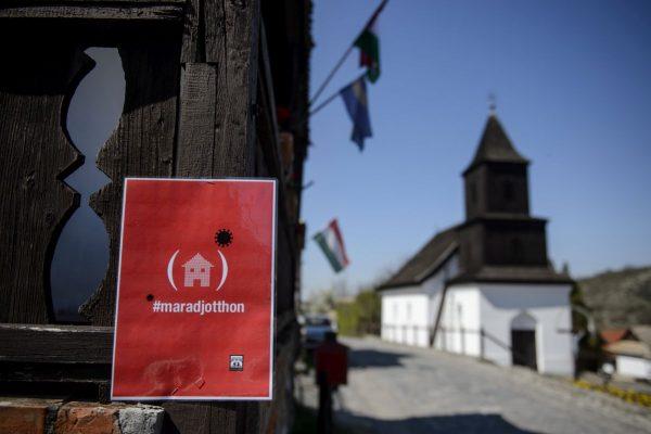 A látogatók otthonmaradását kérő tábla Hollókőn (Fotó: MTI/Komka Péter)