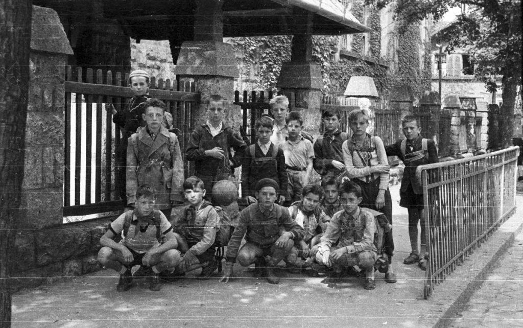 Diákok az akkor Sztahanov utcai iskola előtt, 1957-ben (Fotó: Fortepan / Lipovits Károly)