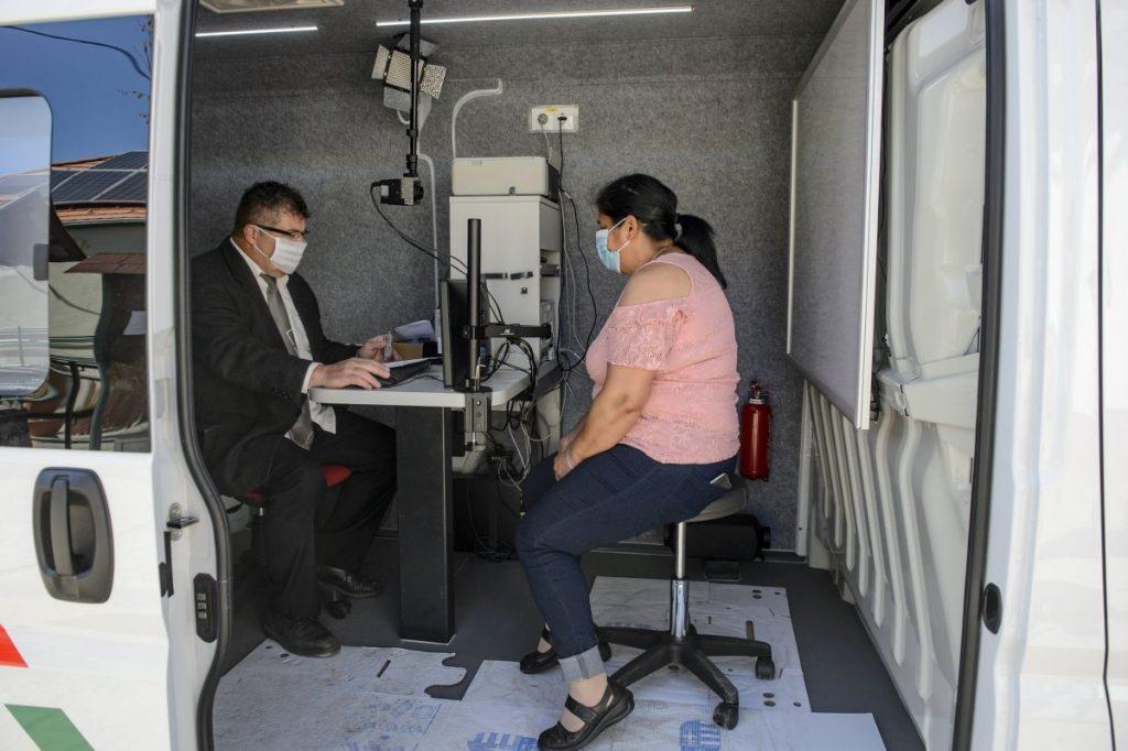 A koronavírus-járvány miatt eddig szünetelő szolgáltatás mától ismét elérhető Nógrád megye kistelepülésein (Fotó: MTI/Komka Péter)