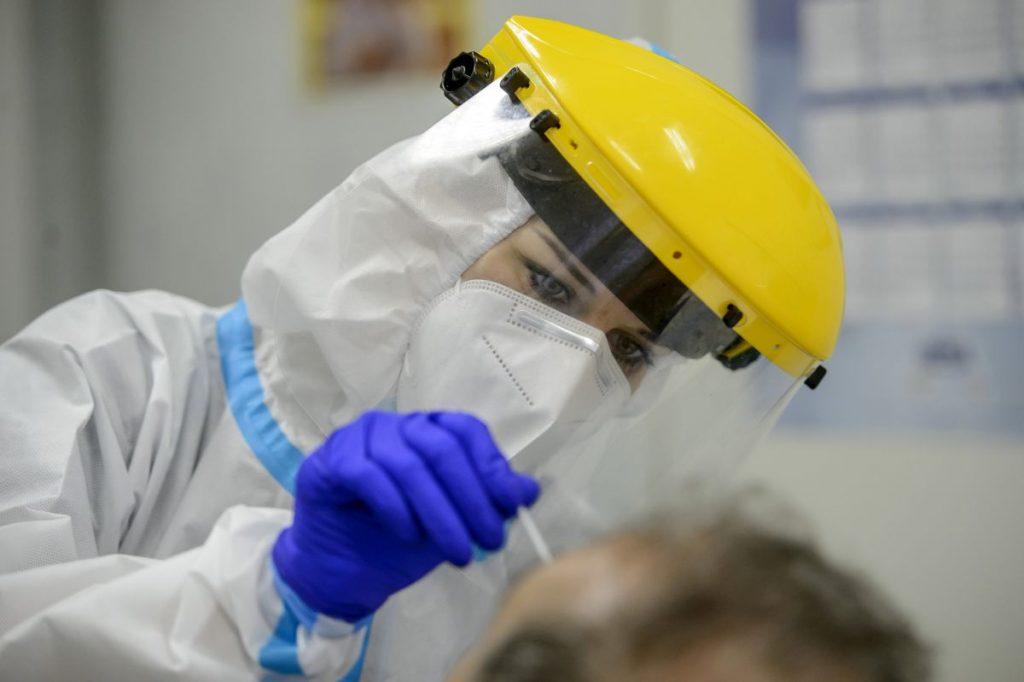 Koronavírusteszthez vesznek mintát a Semmelweis Egyetem egyik mintavételi pontján, a salgótarjáni Szerpentin úti orvosi rendelőben (Fotó: MTI/Komka Péter)