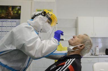 Koronavírusteszthez vesznek mintát egy férfi orrnyálkahártyájáról a Semmelweis Egyetem egyik mintavételi pontján, a salgótarjáni Szerpentin úti orvosi rendelőben (Fotó: MTI/Komka Péter)