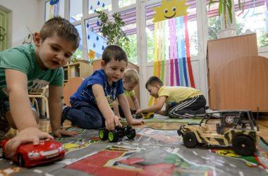 Gyermekek játszanak a salgótarjáni Mackóvár óvodában 2020. május 25-én (Fotó: MTI/Komka Péter)