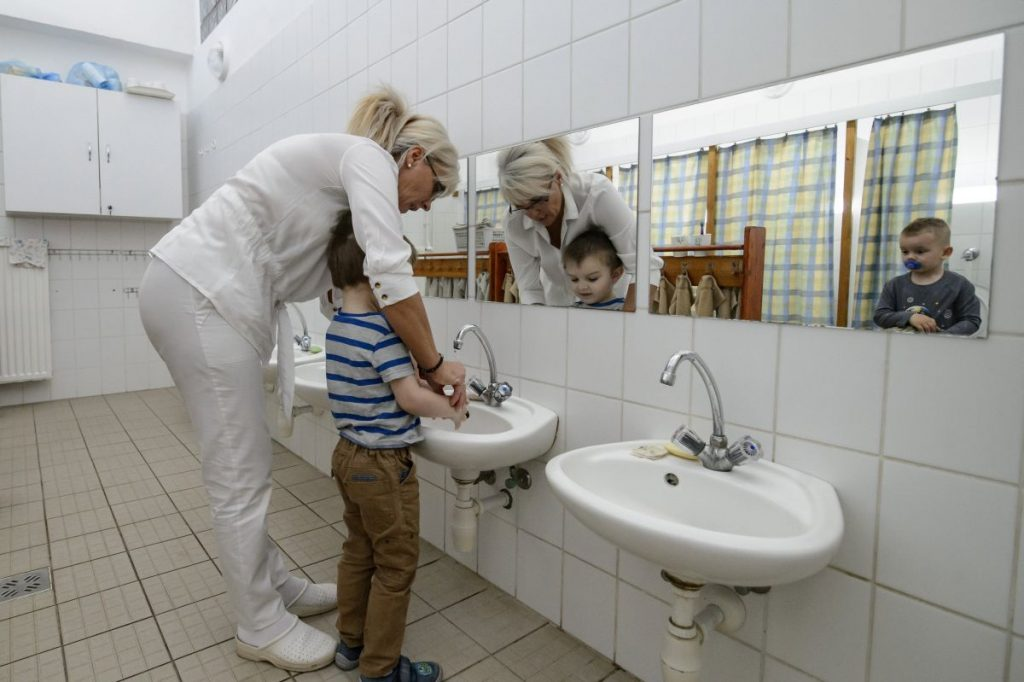 A koronavírus-járvány miatt bezárt óvodák vidéken május 25-től, Budapesten június 2-tól fogadják ismét a gyerekeket (Fotó: MTI/Komka Péter)