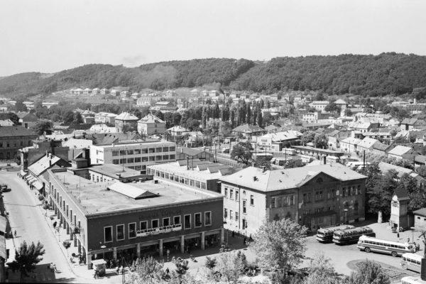 Látkép a Karancs szállóból, előtérben a Fő téren az áruház és a főposta épülete, 1967-ben (Fotó: Fortepan / Lechner Nonprofit Kft. Dokumentációs Központ)
