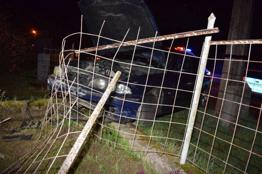 Egy ház kerítésének ütközött autó Karancsalján, április közepén (Fotó: Nógrád Megyei Rendőr-főkapitányság)