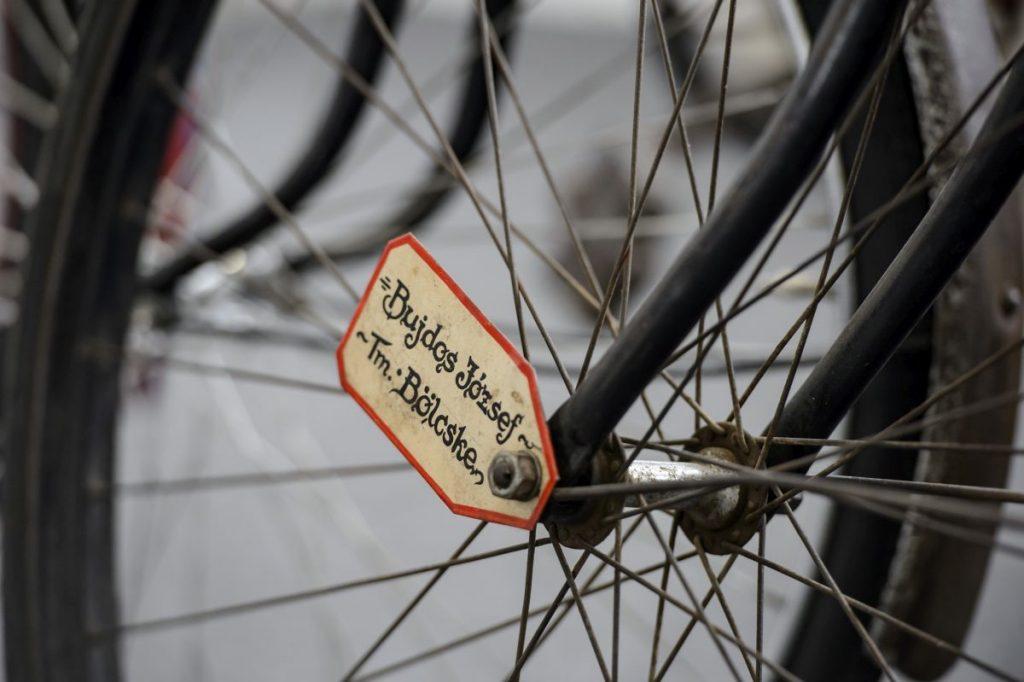 Névtábla egy biciklin a balassagyarmati kerékpármúzeumban (Fotó: MTI/Komka Péter)