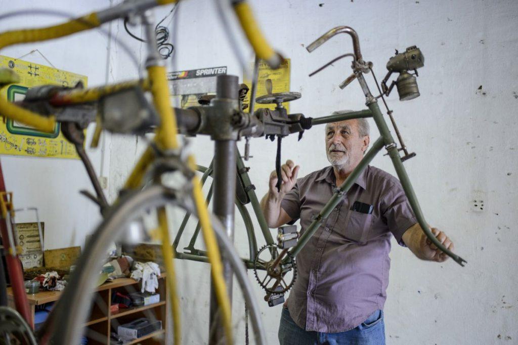 Olexa Miklós alapító, a balassagyarmati kerékpármúzeum műhelyében (Fotó: MTI/Komka Péter)