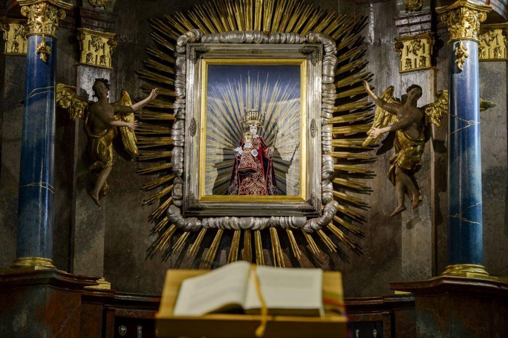 Szűz Mária-kegyszobor a Nagyboldogasszony-bazilikában (Fotó: MTI/Komka Péter)