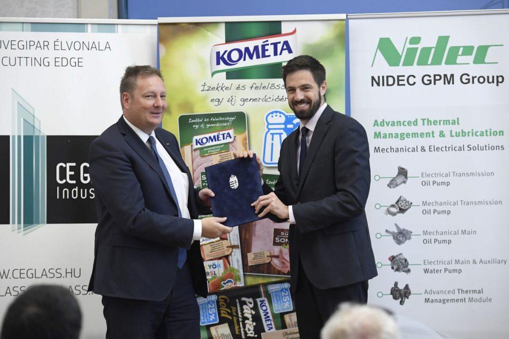 Stefan Hornivius, a Nidec GPM cégcsoport operatív vezetője és ügyvezető igazgatója és Magyar Levente, a Külgazdasági és Külügyminisztérium parlamenti államtitkára a versenyképességi program támogató okiratának átadásán (Fotó: MTI/Kovács Tamás)