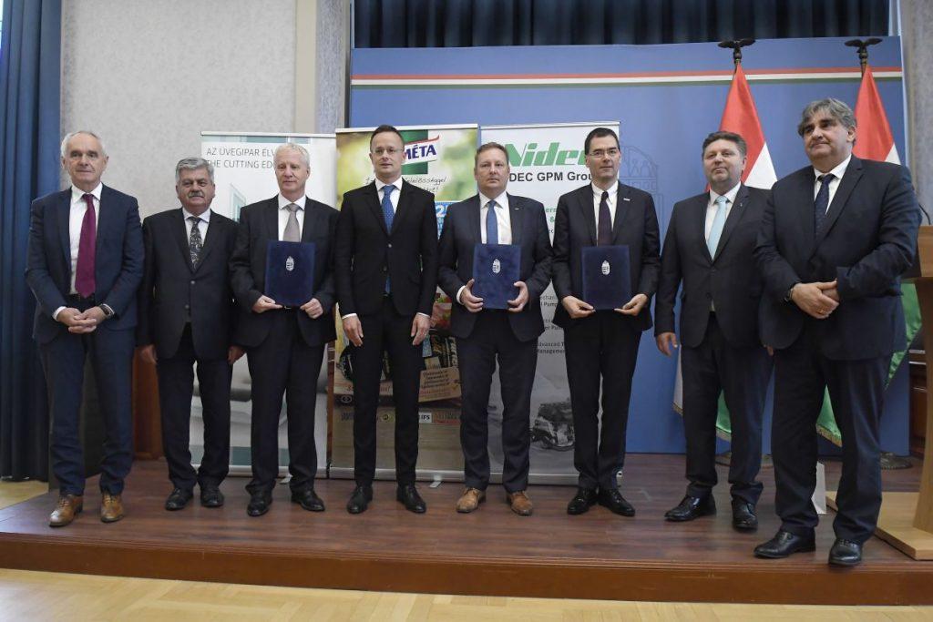 A versenyképességi program támogatói okiratainak átadója a Külgazdasági és Külügyminisztériumban (Fotó: MTI/Kovács Tamás)