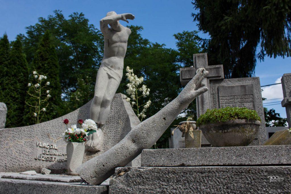 3100.hu Fotó: A megrongált síremlék 2020. július 20-án délelőtt