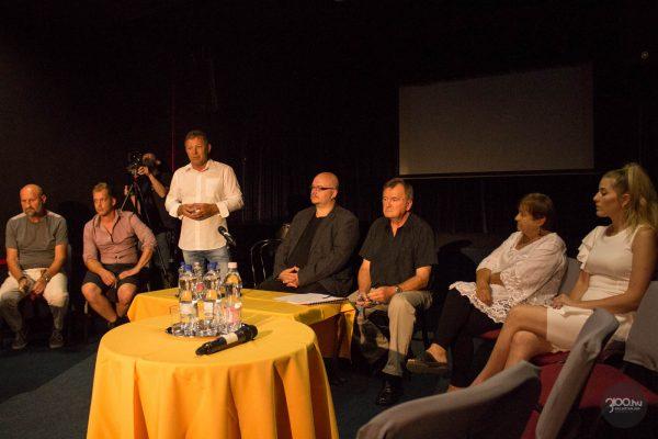 3100.hu Fotó: Simon Lajos színházigazgató az alkotók körében