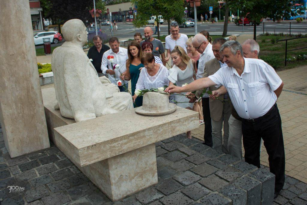 3100.hu Fotó: A bemutató után a program szervezői és résztvevői közösen helyezték el az emlékezés virágait Förster Kálmán szobránál