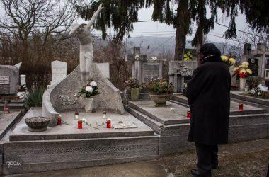 3100.hu Fotó: A síremlék 2020 januárjában, a lavinaszerencsétlenség évfordulója alkalmából rendezett városi megemlékezéskor