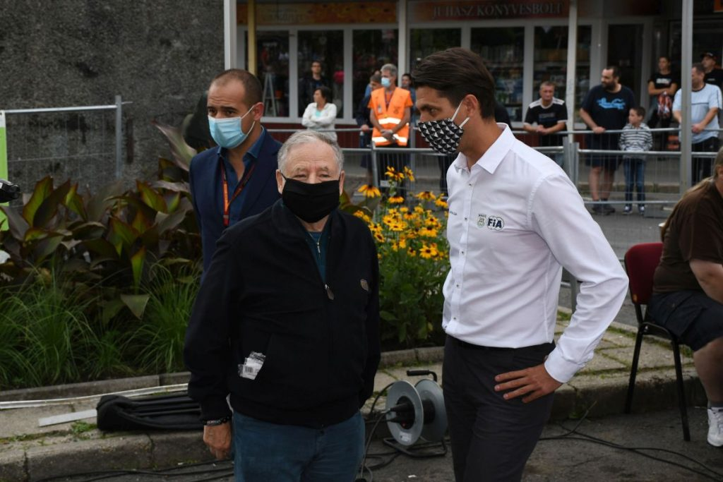 A Steelvent Salgó Rally-val párhuzamosan rendezték a mögöttünk hagyott hétvégén a Formula-1 Magyar Nagydíjat is a Hungaroringen. Oláh Gyárfás, a Magyar Nemzeti Autósport Szövetség (MNASZ) elnöke meghívásának tett eleget Jean Todt, a Scudera Ferrari Formula 1-es csapat korábbi vezetője, a Nemzetközi Autómobil Szövetség (FIA) elnöke. És ha már a nemzetközi sportági vezető hazánkban járt és a nagydíjhoz viszonylag közel éppen raliverseny is volt, meg is látogatta az esemény szombat délutáni rajtceremóniáját. (3100.hu Fotó: Csikó Milán | Instagram)