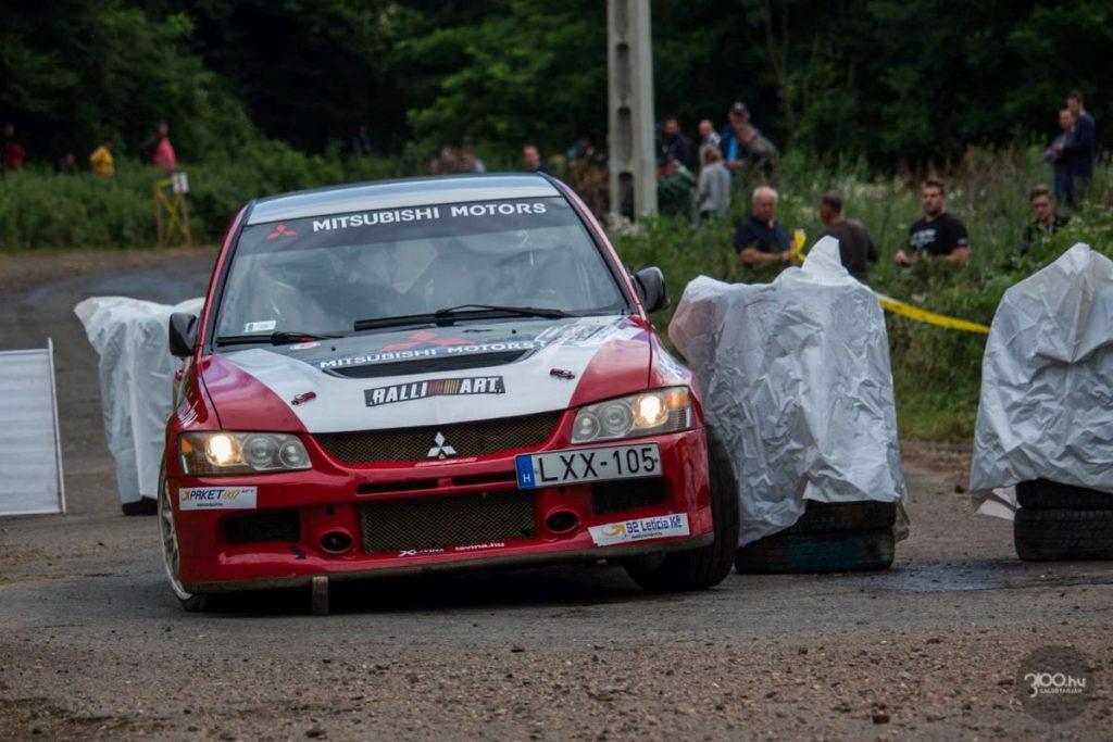 """3100.hu Fotó: A Salgó Rally gyorsasági szakaszait vasárnap rendezték. A Rally1 és a Historic mezőnye végül a teljes programot, vagyis összesen kilenc gyorsaságit teljesített; a Rally2 párosai viszont hat helyett csak négy szakaszt. Számukra az első gyorsasági a szervezők közlése szerint """"a nézők fegyelmezetlen viselkedése"""", a második pedig a Várnai-Szabó páros komolyabb bukása miatt lett törölve."""