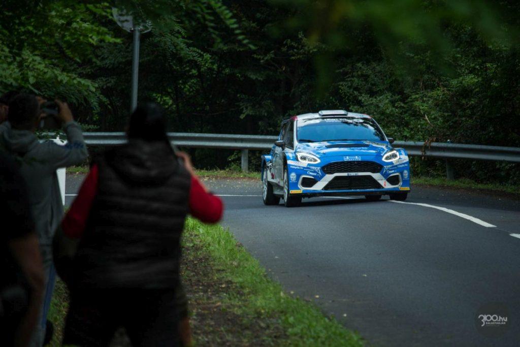"""3100.hu Fotó: A szervezők várakozásait is felülmúló versenyzői létszám miatt módosult az időrend, így már nem sokkal reggel hét óra után elrajtolt a mezőny a salgótarjáni Forgách-telep határából Kazár irányába. Hadik Andrásék (Ford Fiesta R5 MK II) """"ébredtek"""" leggyorsabban: kereken kettő perc alatt letudták az inkább szuperspeciálnak tekinthető 4640 métert."""