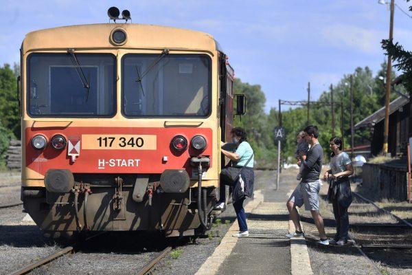 Utasok szállnak fel egy személyvonatra Szécsény állomáson a Balassagyarmat-Ipolytarnóc vonalon 2020. június 1-jén (Fotó: MTI/Máthé Zoltán)