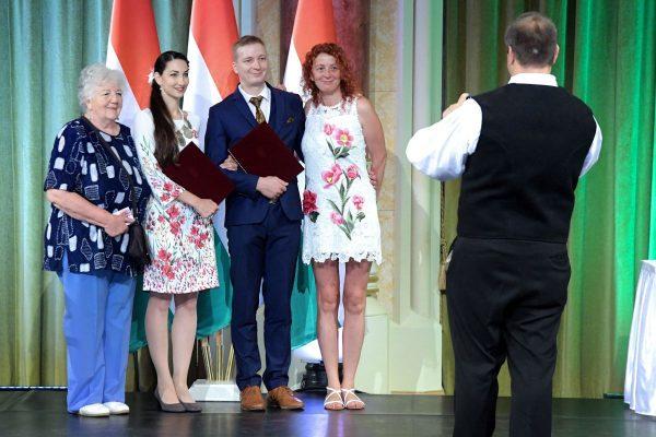 Kovács József és Kovács-Jelinek Emese (középen) Népművészet Ifjú Mestere díjjal elismert néptáncosok (Fotó: Emberi Erőforrások Minisztériuma)