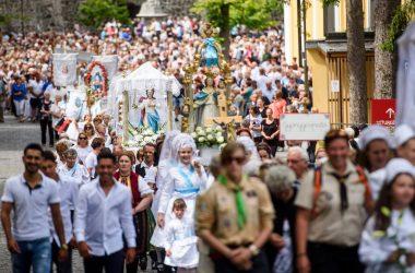 Körmenet résztvevői a mátraverebély-szentkúti nemzeti kegyhelyen tartott ünnepi szentmise után 2019. augusztus 18-án, a Nagyboldogasszony főbúcsú vasárnapján (Fotó: MTI/Komka Péter)