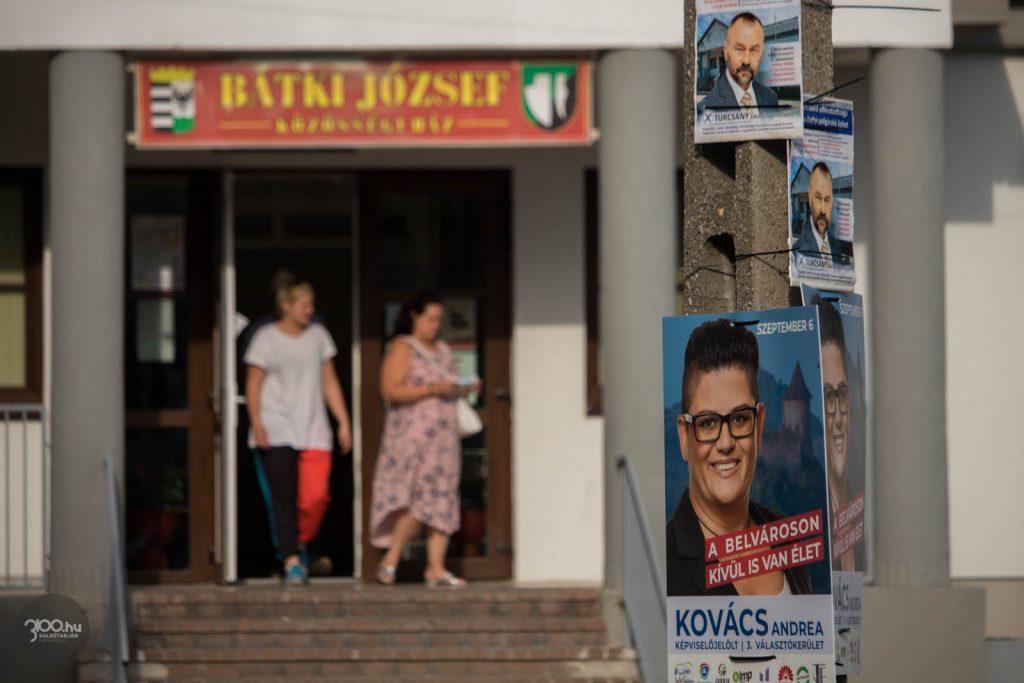 3100.hu Fotó: Voksolók távoznak a zagyvarónai Bátki József Közösségi Házbantalálható szavazókörből 2020. szeptember 6-án