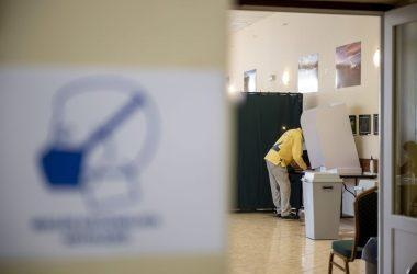 Szavazó a vizslás időközi önkormányzati választáson, a közösségi házban kialakított szavazókörben (Fotó: MTI/Komka Péter)