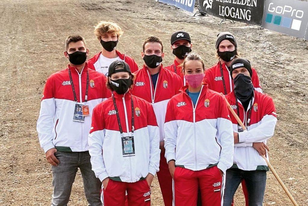 A felnőtt és korosztályos magyar downhill válogatott és a szakvezetők, a középső sorban jobb szélen Palla Gergő (Fotó: StandMagazin)