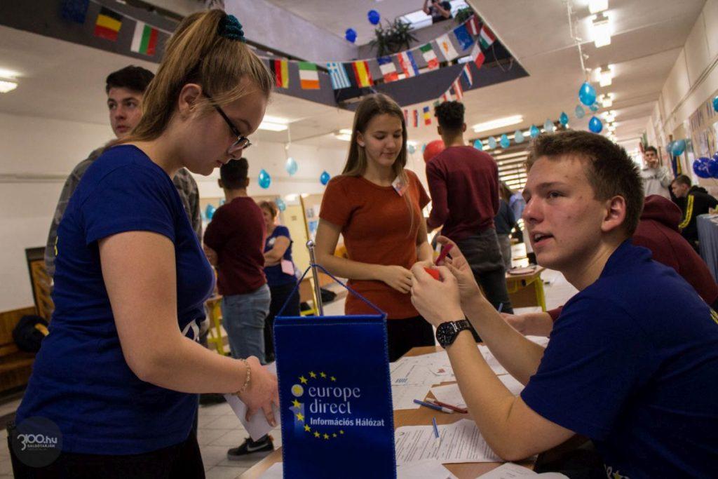 Diákok a tavalyi Európa-napon, a Salgótarjáni Bolyai János Gimnáziumban